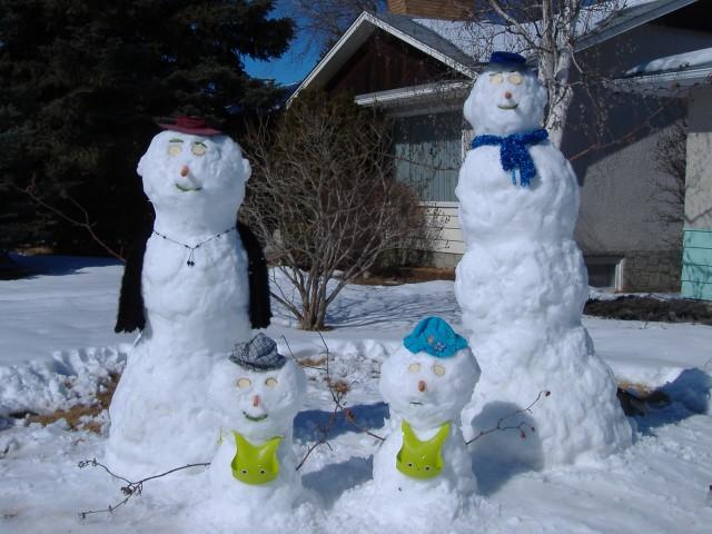 Sneeu familie op die grasperk voor my huis